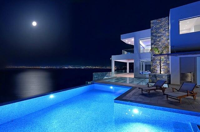 Luxusvilla bei Mondschein